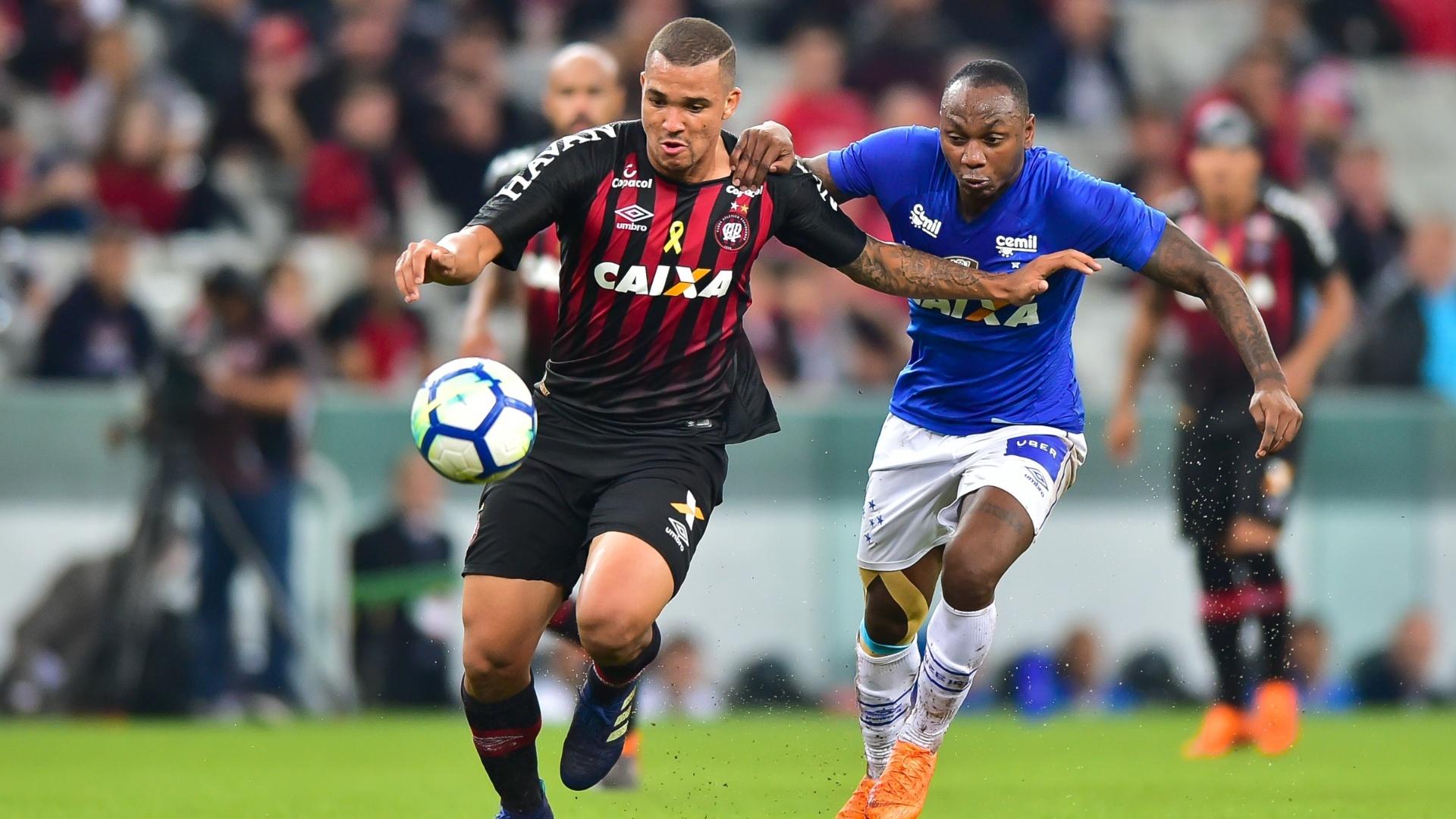 Sassá e Zé Ivaldo disputam bola durante Atlético-PR x Cruzeiro na Copa do Brasil