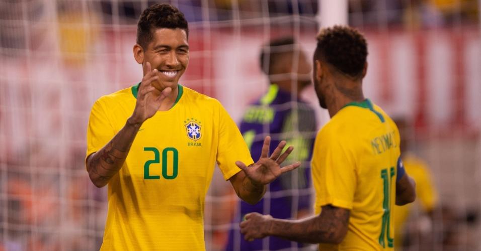 Roberto Firmino comemora seu gol com Neymar, após jogada de Douglas Costa