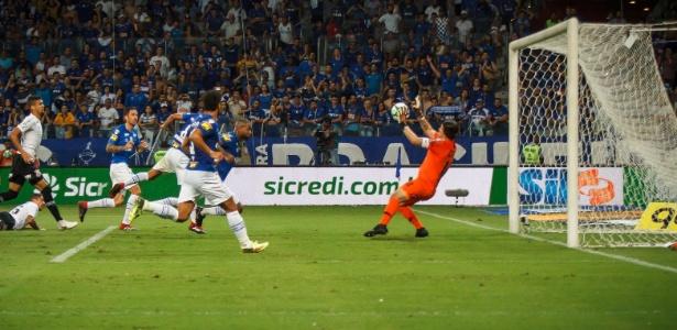 Defesa de Cássio em cabeceio à queima-roupa rendeu placa ao goleiro - Vinnicius Silva/Cruzeiro