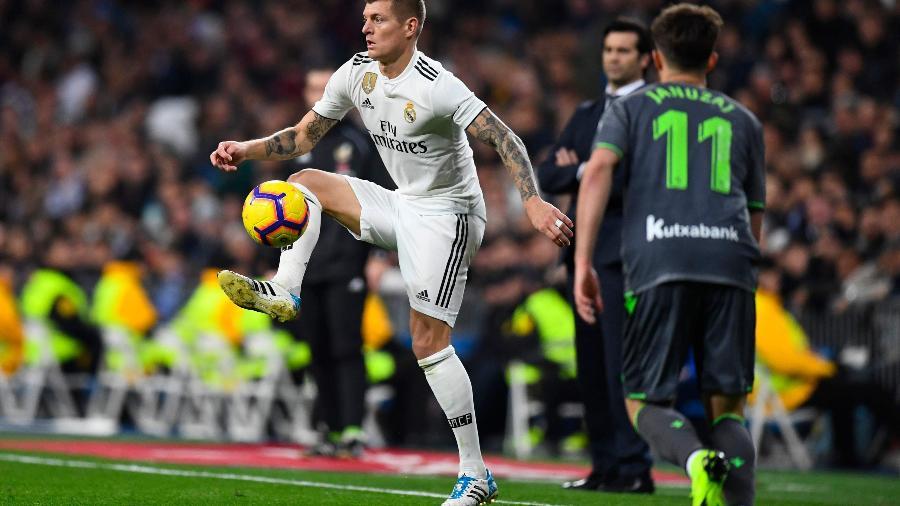 Toni Kroos, do Real Madrid, domina a bola durante jogo contra a Real Sociedad - GABRIEL BOUYS / AFP