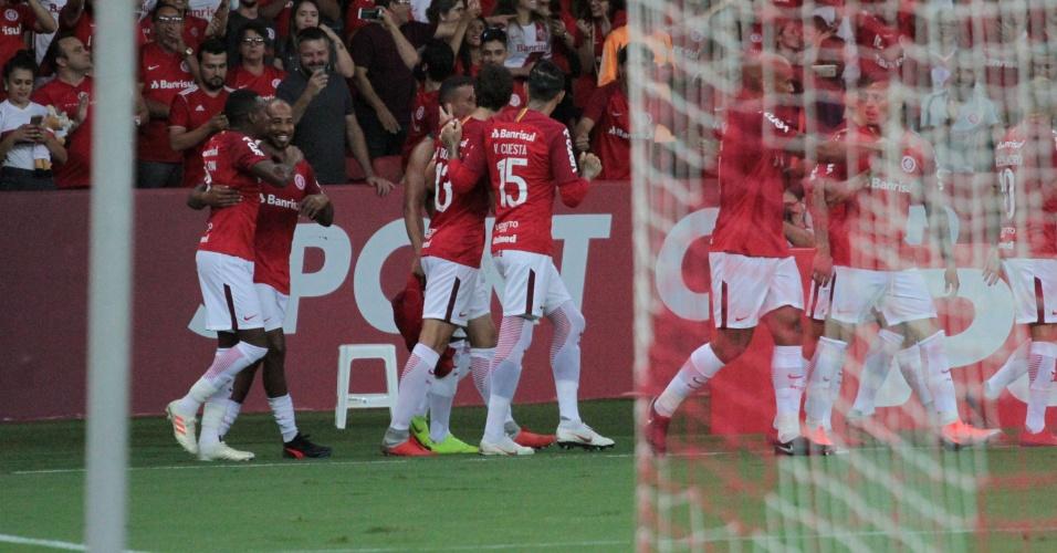 Jogadores do Inter comemoram gol contra o Pelotas
