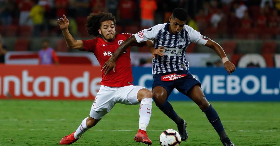 Nonato do Internacional disputa lance com jogador do Alianza Lima