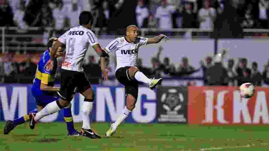 Emerson Sheik chuta para abrir o placar para o Corinthians na decisão da Libertadores de 2012 - Leandro Moraes/UOL