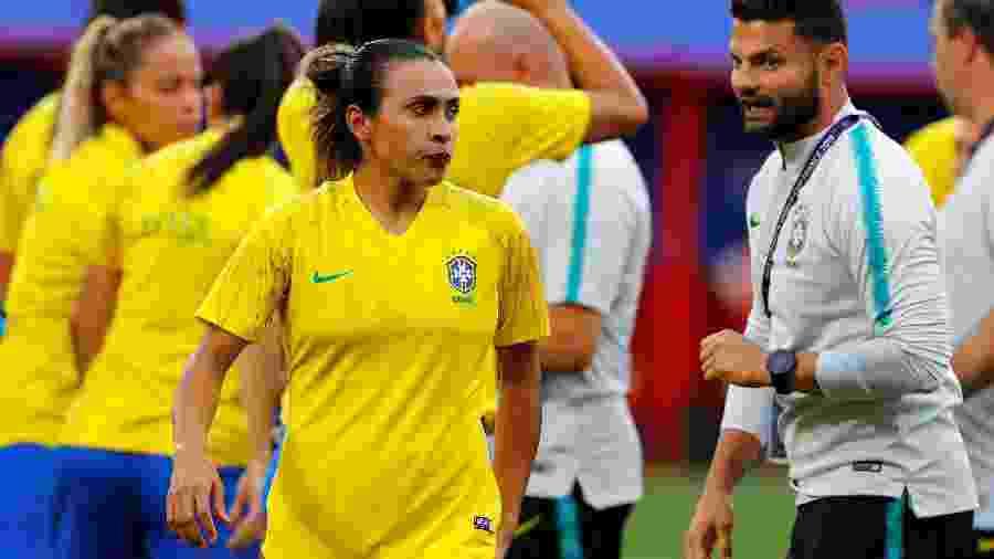 Marta se aquece antes do jogo do Brasil contra a Itália - Phil Noble/Reuters