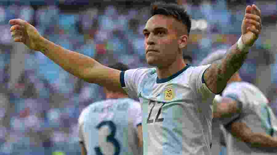 Lautaro Martínez comemora o gol anotado pela Argentina contra o Qatar - Carl de Souza/AFP
