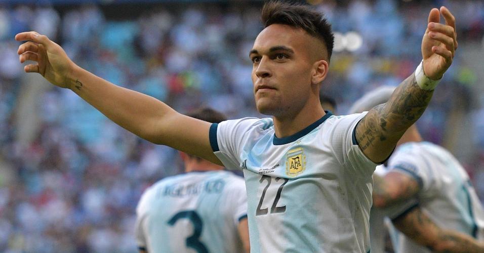 Lautaro Martínez comemora o gol anotado pela Argentina contra o Qatar
