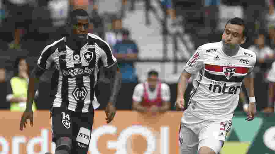 Jogador do Botafogo, Marcelo Benevenuto carrega a bola diante de Pablo, do São Paulo - Vítor Silva/Botafogo