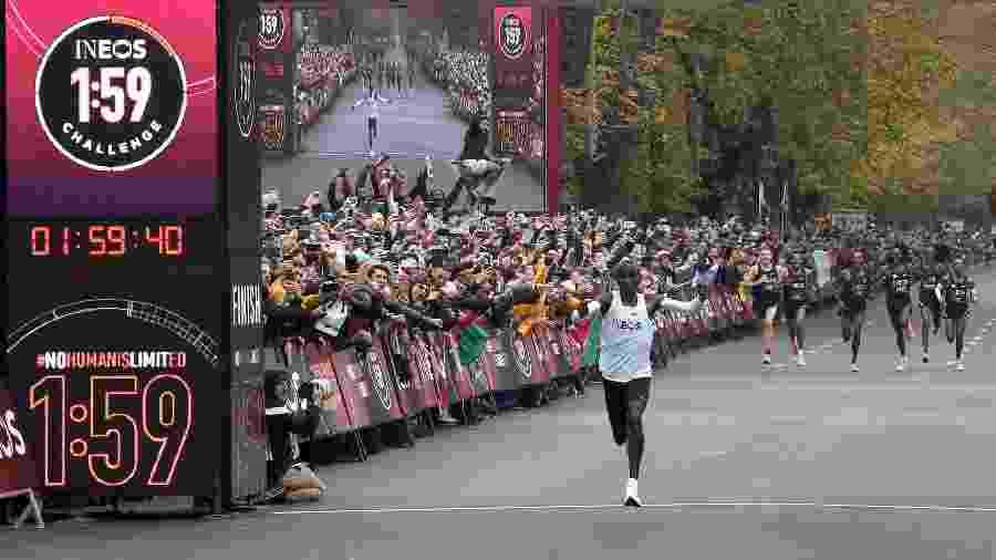 Eliud Kipchoge completa maratona não-oficial em Viena (Áustria) com a marca de 1h59min40s, a melhor da história da prova - Guo Chen/Xinhua