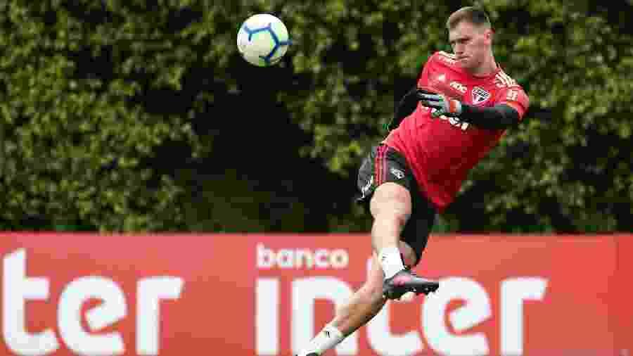 Lucas Perri durante treino do São Paulo; goleiro vai completar 22 anos na próxima semana e está no clube desde 2013 - Marcello Zambrana/AGIF