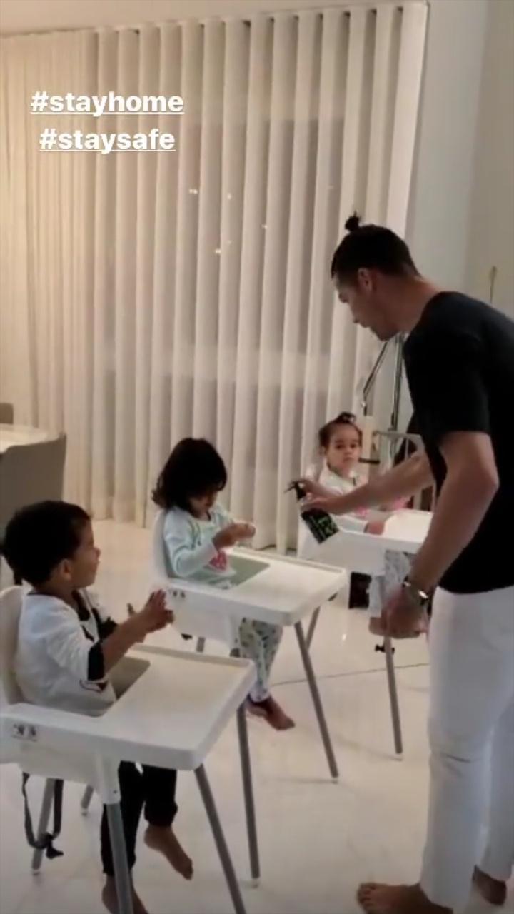 Cristiano Ronaldo espirra álcool em gel nas mãos dos filhos
