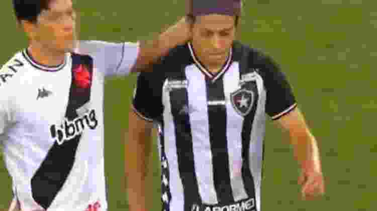 Cano afaga Honda após japonês ser substituído no primeiro tempo do clássico entre Botafogo e Vasco - Reprodução / Premiere - Reprodução / Premiere