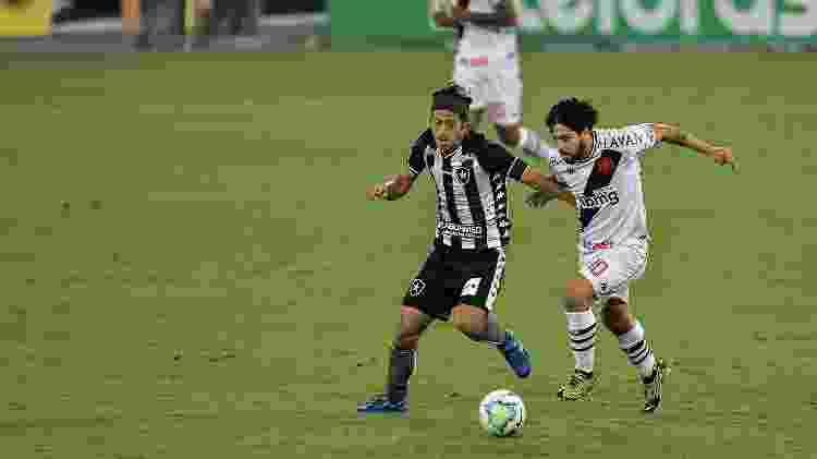 Honda (à esq.), do Botafogo, disputa bola com Martin Benítez, do Vasco, em duelo da Copa do Brasil 2020 - Thiago Ribeiro/AGIF - Thiago Ribeiro/AGIF
