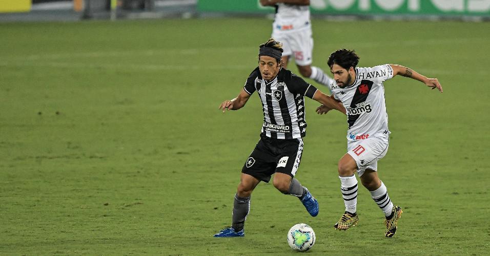 Honda (à esq.), do Botafogo, disputa bola com Martin Benítez, do Vasco, em duelo da Copa do Brasil 2020