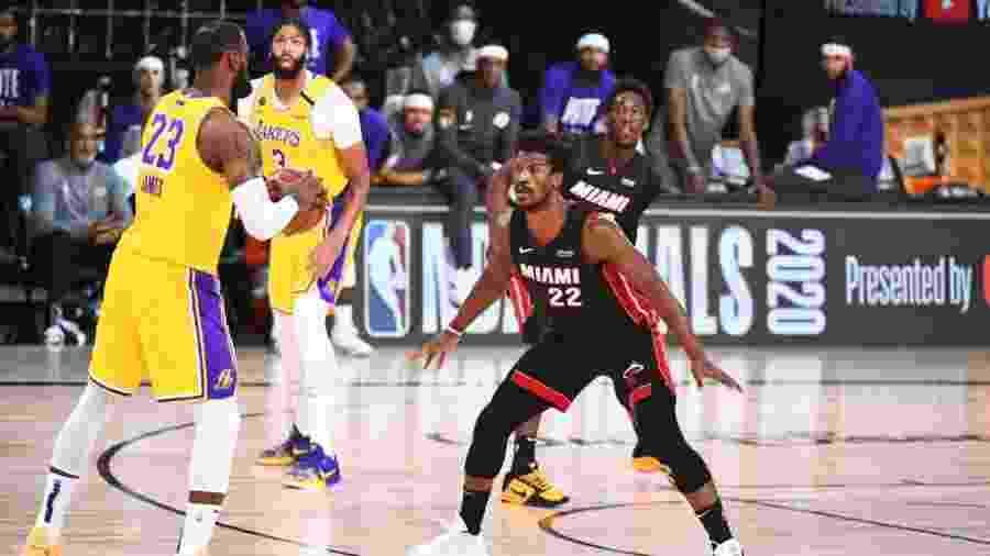 LeBron James encara a marcação de Jimmy Butler no jogo 4 da final da NBA - NBAE via Getty Images