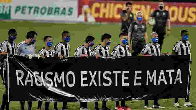 Jogadores do Botafogo protestam contra o racismo em jogo do Brasileirão - Thiago Ribeiro/AGIF - Thiago Ribeiro/AGIF