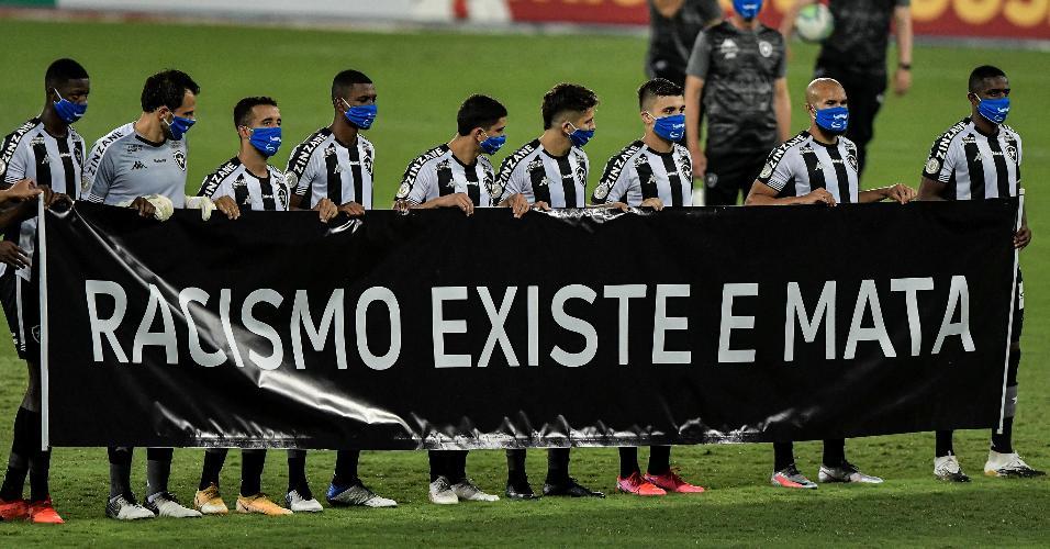 Jogadores do Botafogo protestam contra o racismo em jogo do Brasileirão