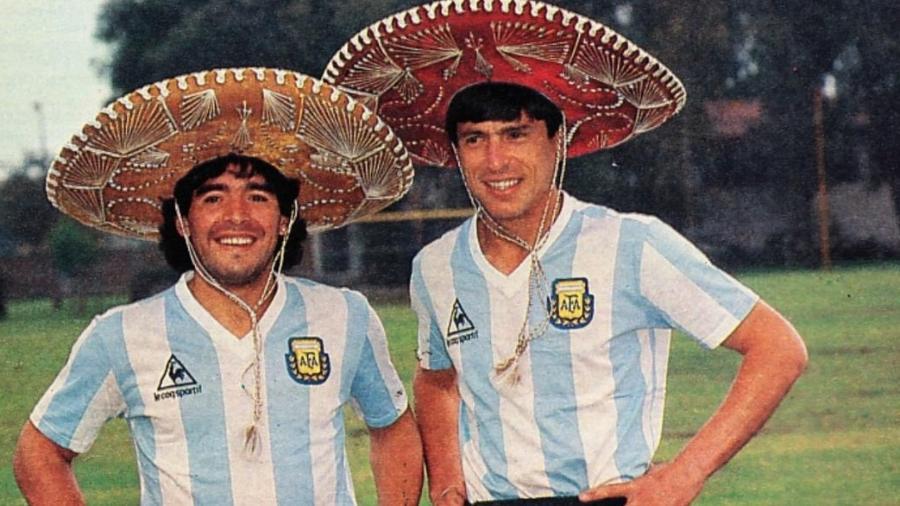 Maradona e Passarella posam para foto durante a Copa do México, em 1986 - Reprodução El Gráfico
