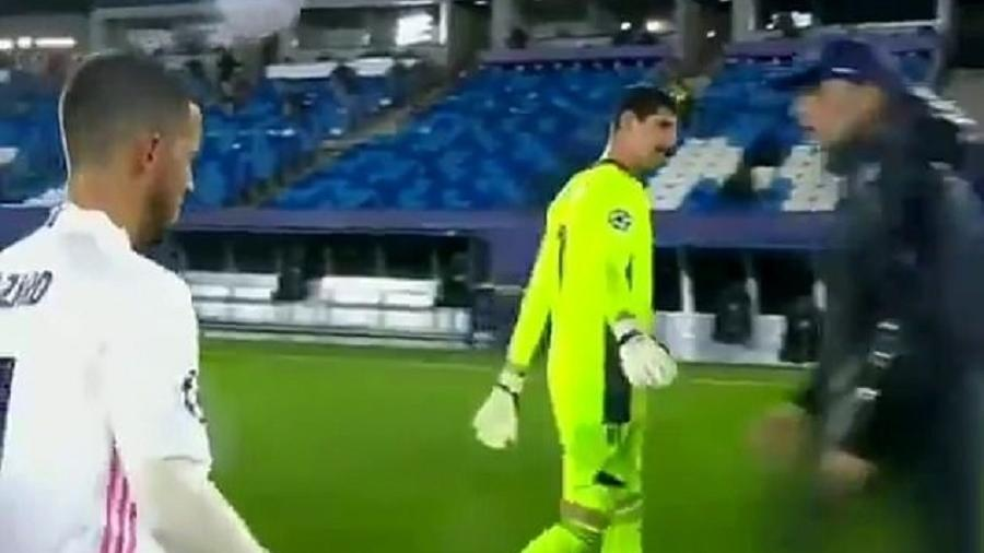 Goleiro do time espanhol estendeu o braço ao olhar para o técnico adversário e não foi correspondido  - Reprodução/Twitter