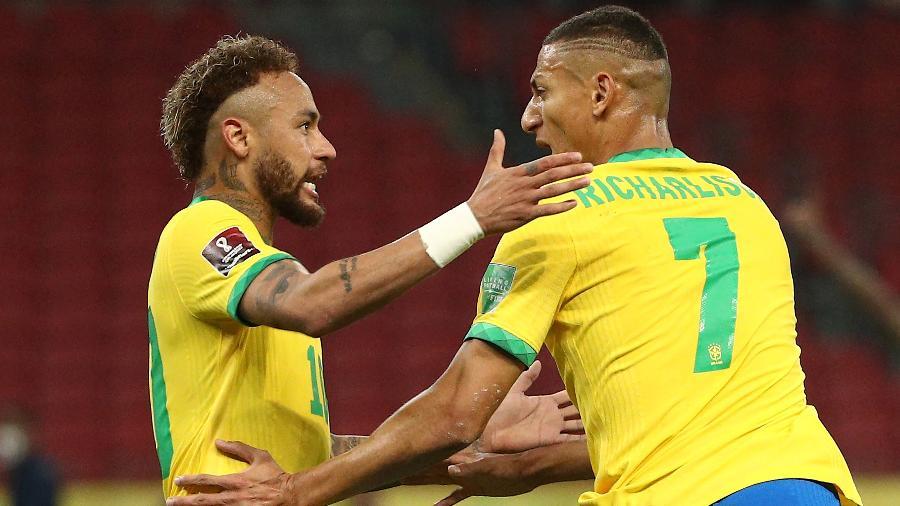 Richarlison comemora com Neymar na vitória do Brasil sobre o Equador - Buda Mendes/Getty Images