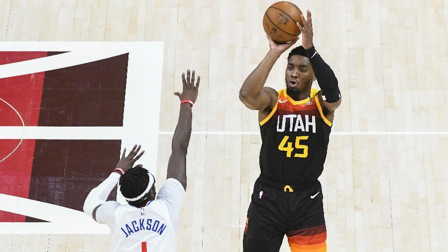 Donovan Mitchell, do Utah Jazz, arremessa contra a marcação de Reggie Jackson, do Los Angeles Clippers, nos playoffs da NBA - Alex Goodlett/Getty Images/AFP