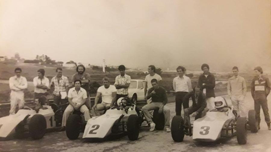 Primeira turma da Escola de Pilotagem Interlagos, em janeiro de 1977, com carros Fórmula Fitti Vê - Arquivo pessoal