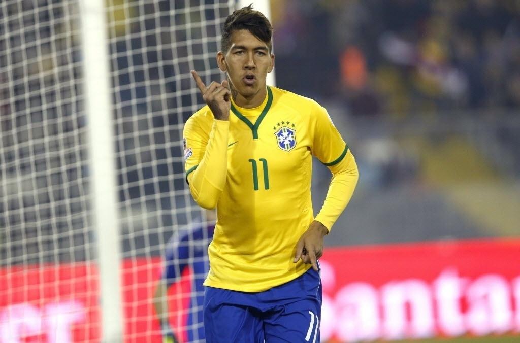 Roberto Firmino comemora segundo gol do Brasil contra a Venezuela