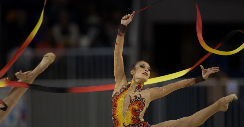Equipe brasileira de ginástica rítmica se apresenta por equipes no Pan de Toronto