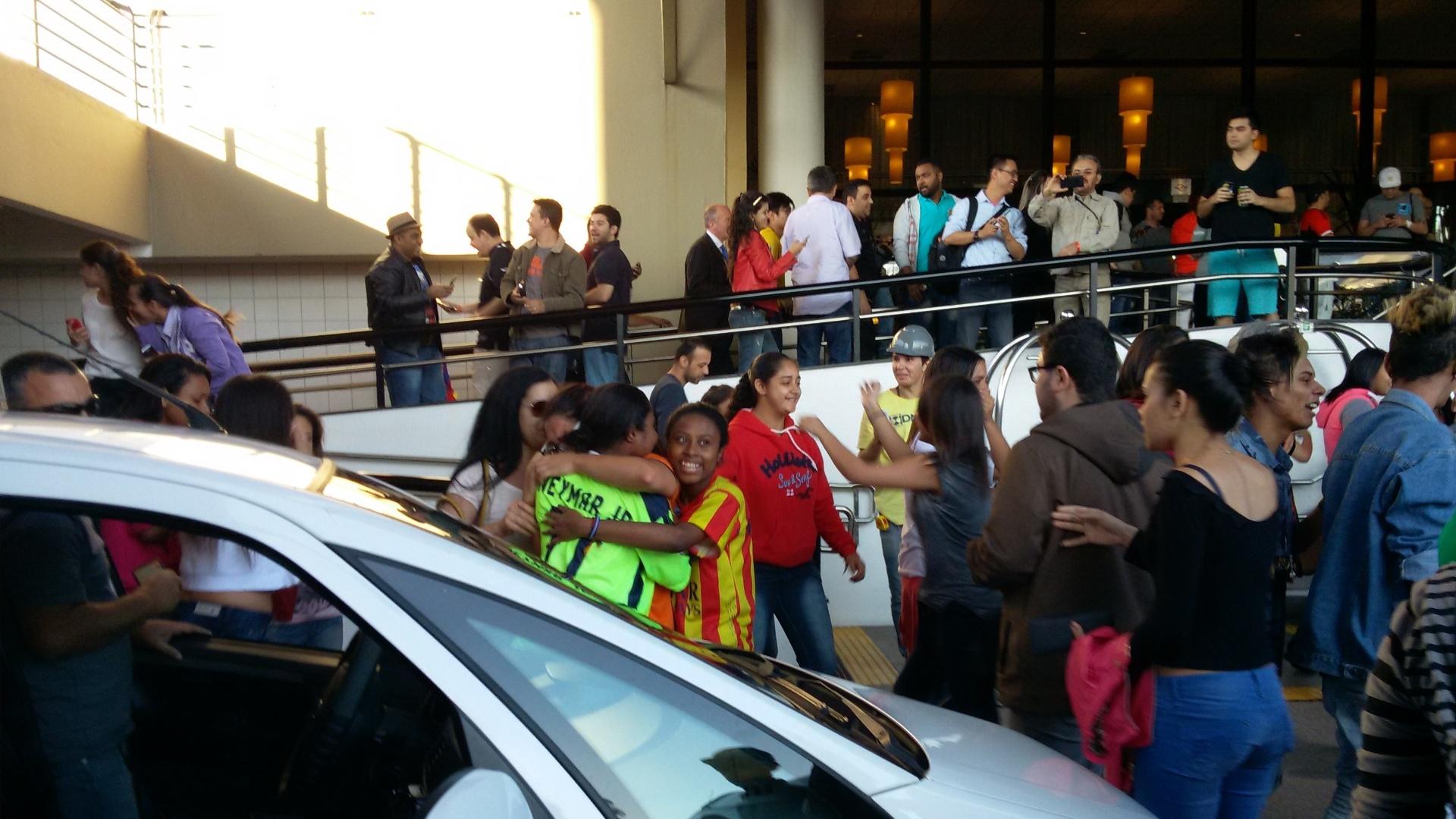 'Neymarzetes' marcaram presença e tentaram se aproximar do craque, que participou de evento beneficente de pôquer