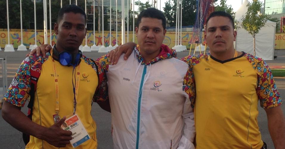 Yesit (e), Jhonatan (c) e Victor são três ex-militares da Colômbia que tiveram uma perna amputada depois de confronto com a e hoje defendem a seleção de vôlei