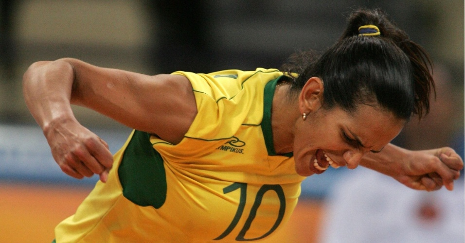 Virna comemora ponto marcado pela seleção brasileira na Olimpíada de Atenas, em 2004