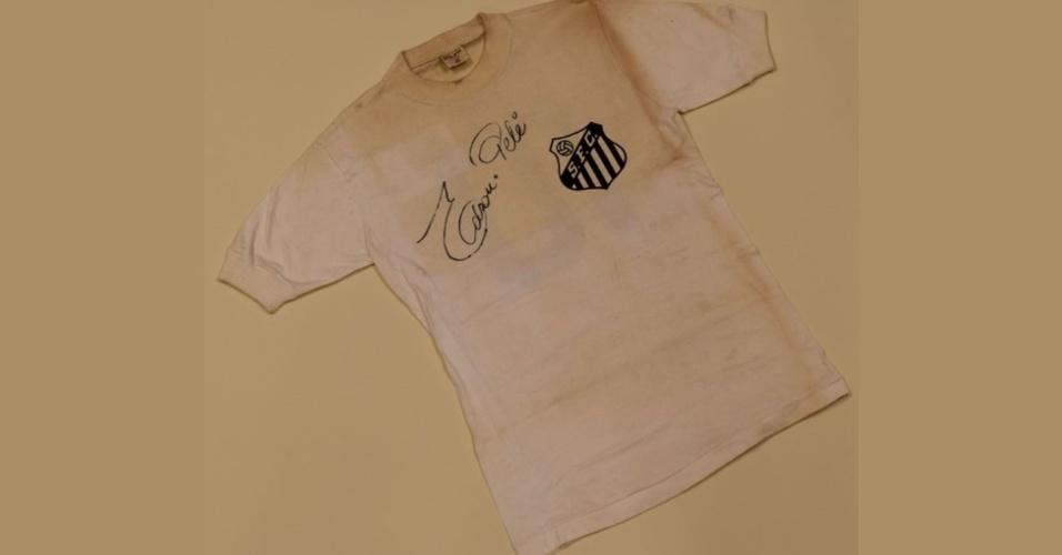 Camisa do Santos da década de 70, autografada por Pelé, que vai a leilão na Inglaterra