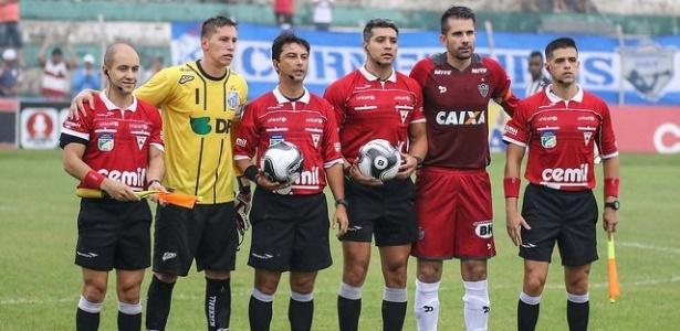 Goleiro criticou as condições do gramado, que sofreu com a chuva antes do jogo