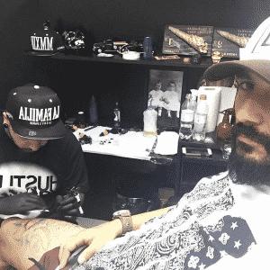 'Não dói é o c...' posta Douglas com foto de tatuagem - Reprodução/Instagram