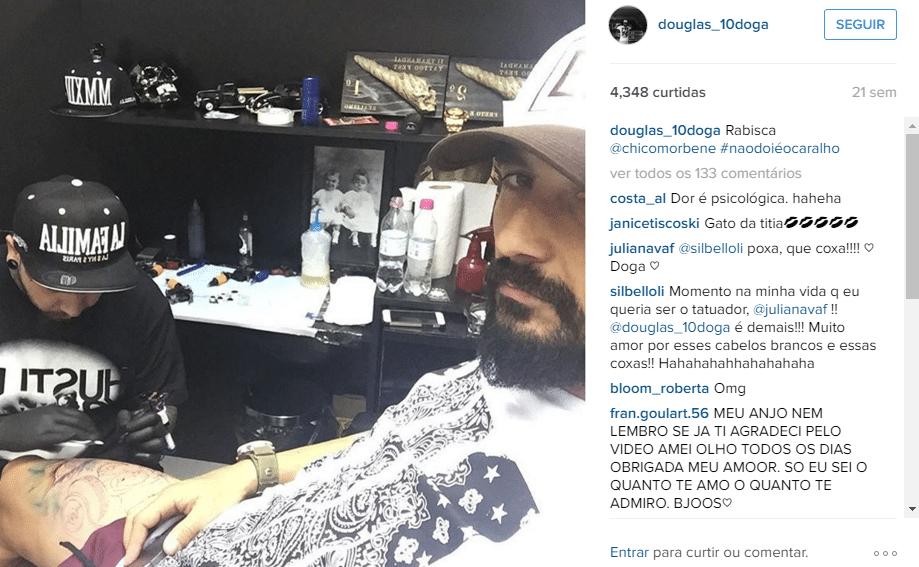 'Não dói é o c...' posta Douglas com foto de tatuagem