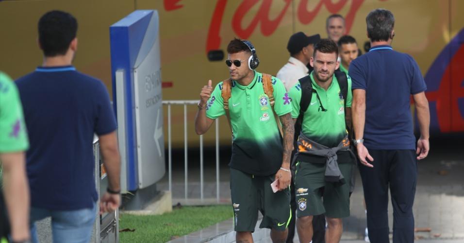 Neymar causa histeria no hotel da seleção brasileira em Recife