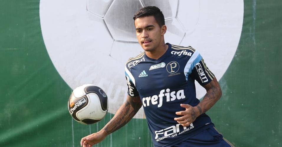 Dudu domina a bola em atividade realizada na Academia de Futebol do Palmeiras