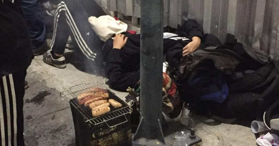 Vascaínos fazem churrasco enquanto outros dormem na fila do Maracanã