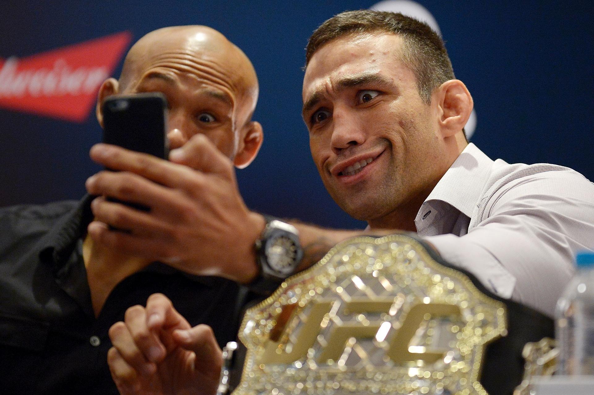 Ronaldo Jacaré e Fabrício Werdum fazem graça durante evento de divulgação do UFC 198