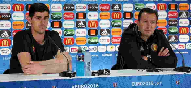 Thibaut Courtois e Marc Wilmots, técnico da Bélgica, durante coletiva em 2016; goleiro hoje quer processar o ex-técnico - REUTERS