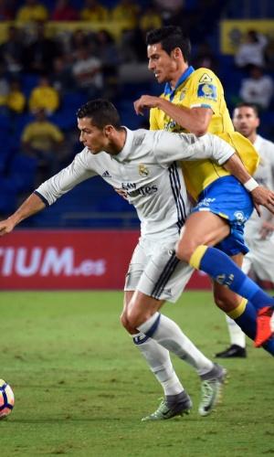 Cristiano Ronaldo disputa a bola com Vicente Gomez