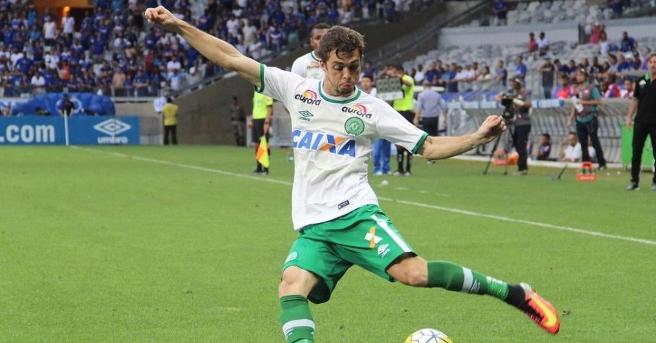 Hyoran prepara cruzamento durante jogo da Chapecoense contra o Cruzeiro