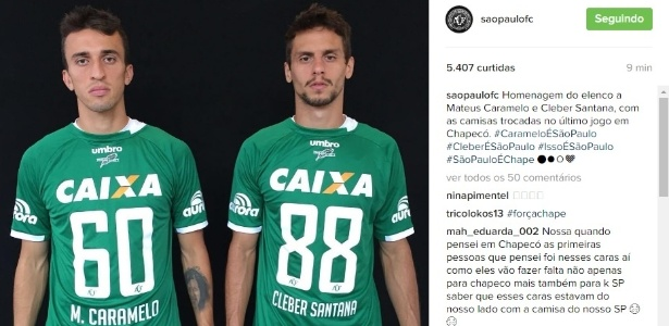 João Schmidt e Rodrigo Caio posam com camisas trocadas com vítimas do acidente da Chapecoense  - Reprodução/Instagram