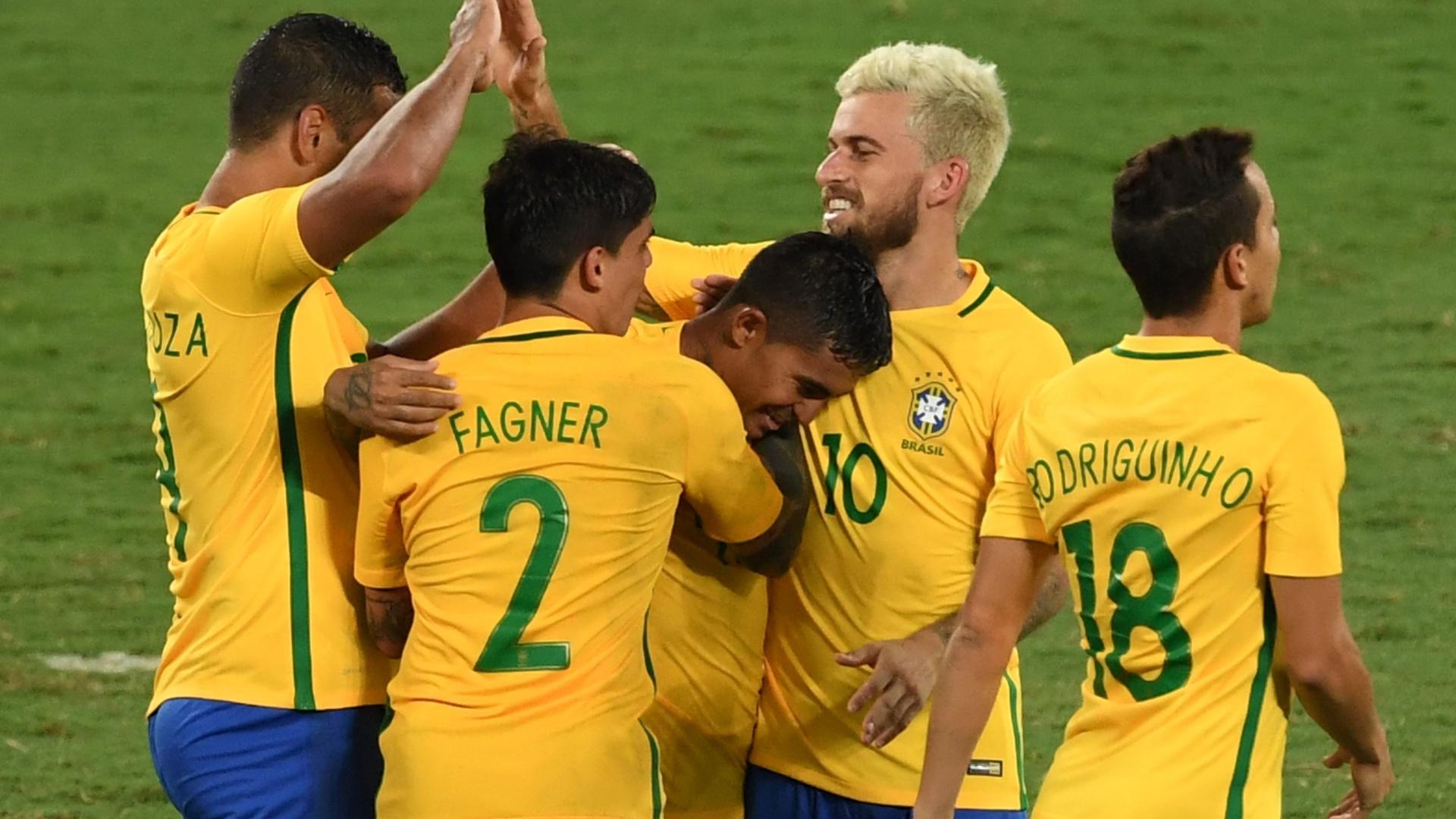 Seleção brasileira comemora gol de Dudu contra a Colômbia