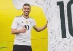 Despedida de Podolski teve camisa gigante e até elogio de goleiro rival - Reprodução
