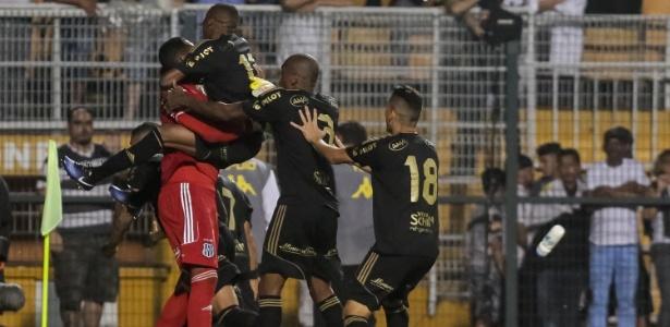 Jogadores da Ponte Preta comemoram com Aranha a vaga para a semifinal do Paulistão