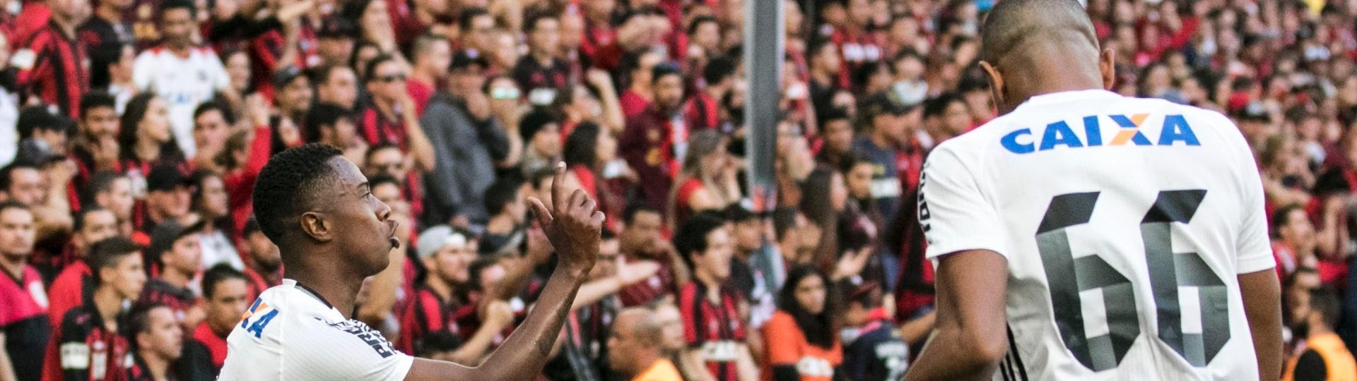 Iago comemora gol do Coritiba contra o Atlético-PR na Arena da Baixada