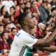 Bandeirinha corre para separar discussão e atropela jogador do Atlético-PR