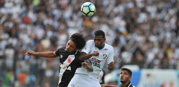 Wendel e Douglas disputam bola pelo alto no clássico entre Vasco e Fluminense