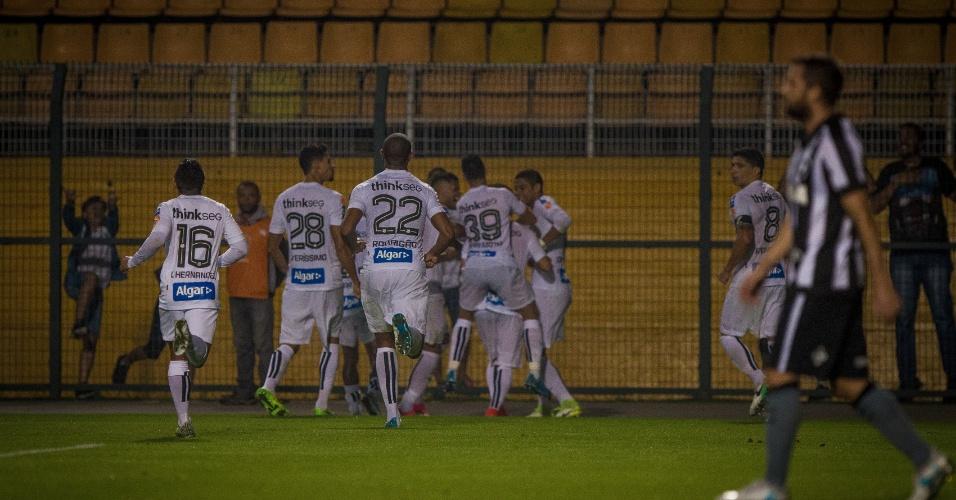 Santos comemora o gol de Victor Ferraz contra o Botafogo