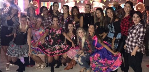 Mulheres de jogadores do Flamengo confraternizam em festa junina: grupo unido